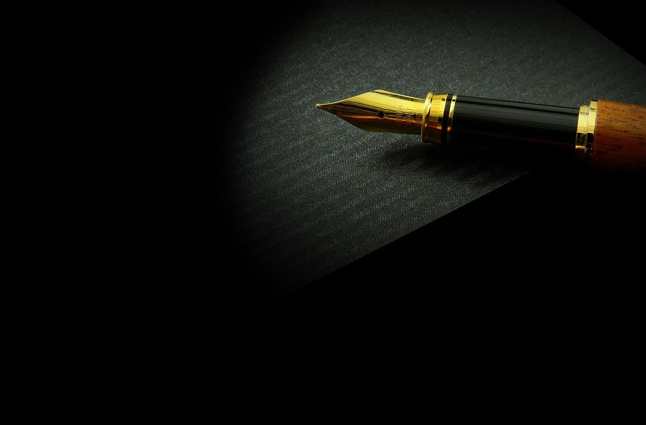 サインを万年筆で書く