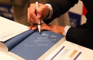 サイン会で、サイン依頼のファン対応